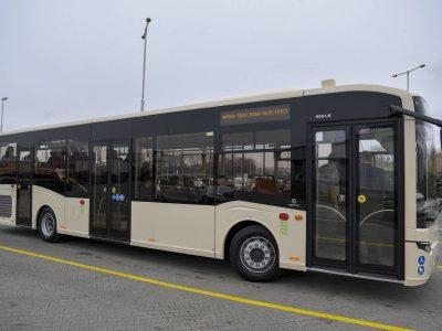 Mercedes alváz, Euro6 dízelmotor, 12 méter, 3 ajtó – bemutatták az új, Debrecenben fejlesztett buszt