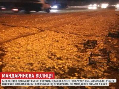 Nenustatytas vilkiką vairavęs Kalėdų Senelis išbarstė mandarinus po visą kelią ir pasišalino (video)