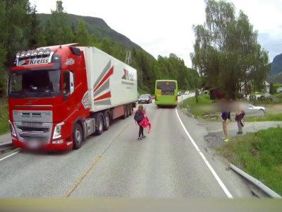 Meistriškas vairuotojo refleksas leido išvengti tragedijos (video)