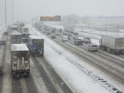 Ostrzeżenie meteorologiczne dla ośmiu województw. Silne opady śniegu i oblodzenia utrudnią jazdę