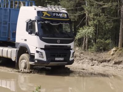 So lenkt man einen Truck durch tiefen Schlamm. Sieh dir das Video an