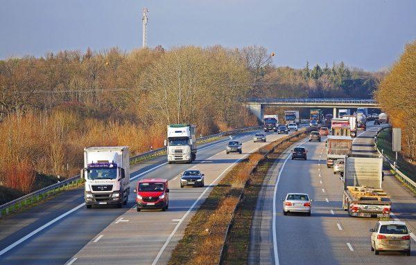 """Udział przewozów drogowych w niemieckim transporcie towarów rośnie. Jest jedno """"ale"""" – puste przebie"""