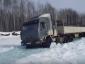 Extreme Fahrt auf einem zugefrorenen Fluss in Sibirien