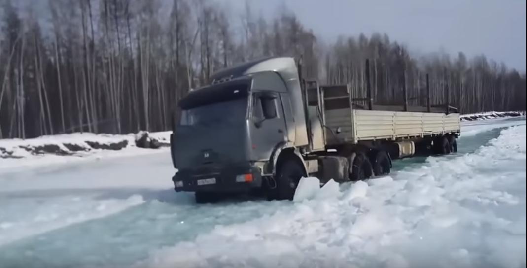 Extreme Fahrt auf dem zugefrorenen Fluss in Sibirien