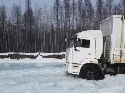 Ekstremalus Rusijos vairuotojų važiavimas ant užšalusios upės