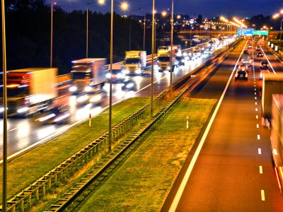 Praca kierowcy w porze nocnej. Najnowsza zmiana przepisów wprowadziła kary za przekroczenie limitu godzin