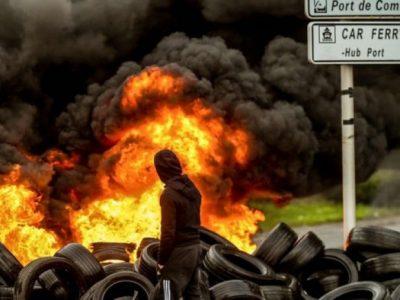 Prancūzijos žvejai užblokavo Kalė uostą. Dėl migrantų keliamos grėsmės vairuotojai turi užsirakinti vilkikų kabinose