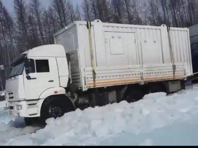 Extrém vezetés a befagyott folyón – egy orosz kamionsofőr videója
