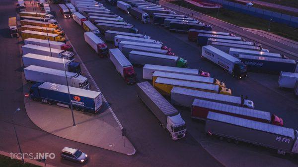 Belgowie tymczasowo zakazują ciężarówkom postoju na parkingu. Tak chcą rozwiązać problem z imigrantami