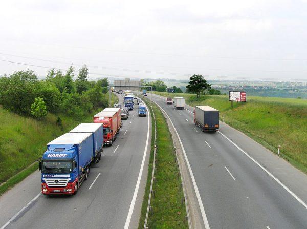 Sparen an der Autobahn 2021: Raststätten sind 20% teurer als Autohöfe!