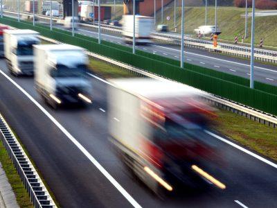 """Nowe przepisy ukrócą jazdę """"na zderzaku"""". W 2019 r. powstaną regulacje dotyczące obowiązku zachowania odpowiedniej odległości"""