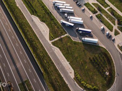 Отчет из Бельгии: вдоль автомагистралей не хватает мест для грузовиков. На стоянках больше всего польских, румынских и литовских грузовиков