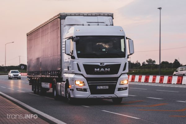 Fraunhofer ISI leitet Konsortium des Innovationscluster-Projekts »Hochleistungsladen im Lkw-Fernverk