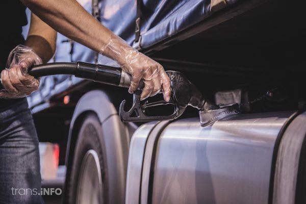 Przez problemy z kartą, trucker nie mógł zapłacić za paliwo. Od kłopotu wybawił go policjant