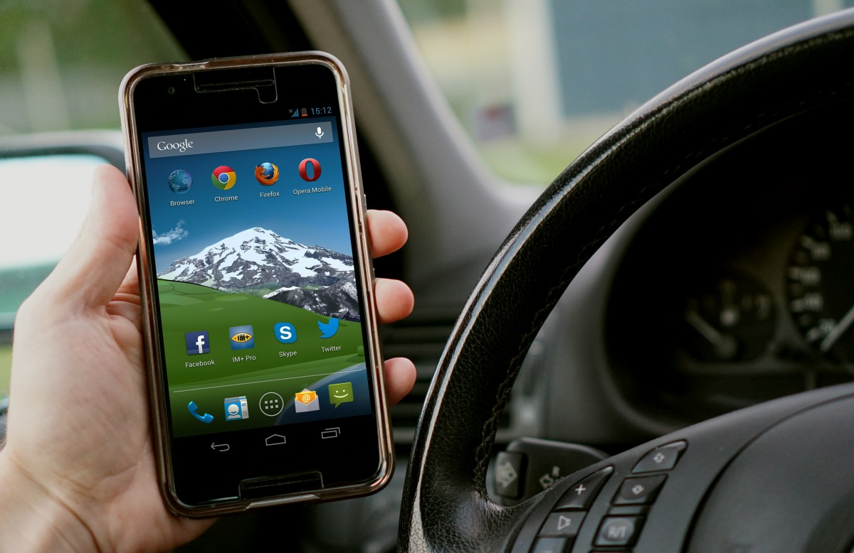 The French will punish drivers for using the phone at a stop