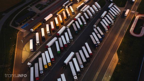 Raport z Belgii: przy autostradach brakuje miejsc dla trucków. Na parkingach najwięcej jest polskich ciężarówek