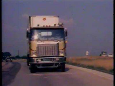 Kaip saugiai važiuoti vilkiku, apsuptu lengvaisiais automobiliais – 1978 metų mokymo filmas