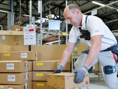 """""""Geležiniai žmonės"""". Kaip specialūs kostiumai padeda darbe sandėliuose ir fabrikuose"""