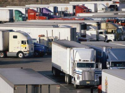Hogyan NE hajtsunk ki egy kamion parkolóból? – videóval