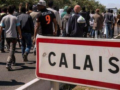 Situația refugiatilor este departe de a fi rezolvată: la Calais, aceștia pătrund în camioane într-un număr din ce în ce mai mare.
