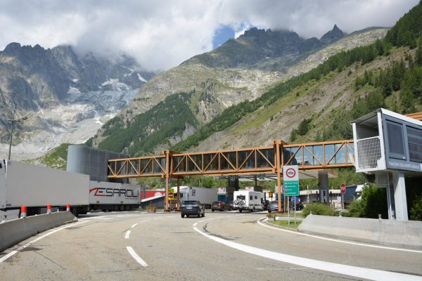 Complete and partial closures of the Mont Blanc tunnel for several nights. Check out the dates.