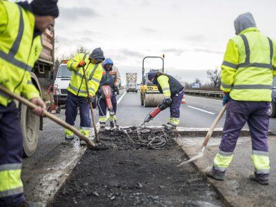 Kátyúzás: az idén felújítani tervezett ezer kilométernyi útszakasz harmadán már dolgoznak