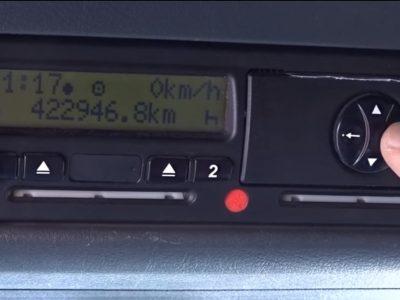 Így állítsa át a tachográf óráját nyári időszámításra! Ezért ne büntessék meg! (videóval)