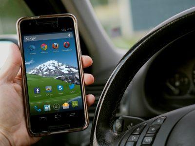 A hollandok intelligens kamerákkal kapják a mobilozó járművezetőket