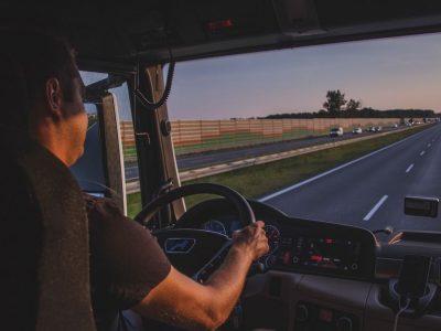 """Sistema, kuri nuolat laikys sunkvežimį ant kelio juostos. """"Bosch"""" siūlo naują sprendimą vairuotojams"""
