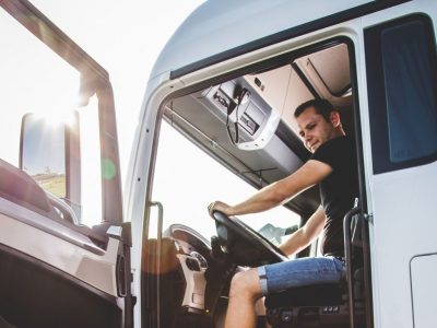 Vokietijos žemėje vis mažiau vilkikų vairuotojų. Viena iš priežasčių – maži atlyginimai. Sužinokite, kiek uždirba vairuotojas Vokietijoje