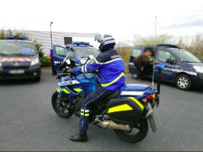 """Francuscy żandarmi złapali """"rozpruwaczy"""" plandek. Szajka grasowała na parkingach w środkowej Francji"""