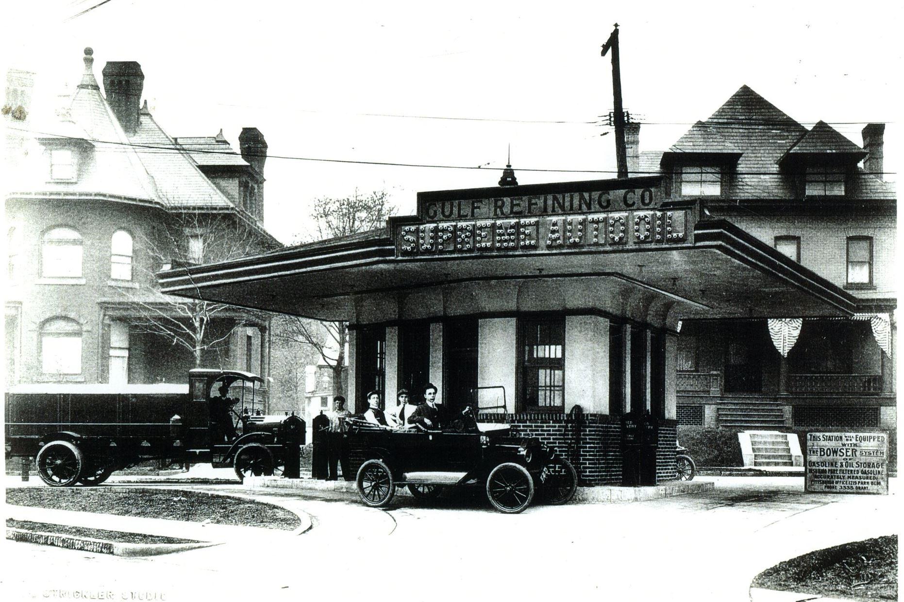 Przejazdowa stacja paliw w Pittsuburghu wzniesiona w 1913 roku przez Gulf Oil.