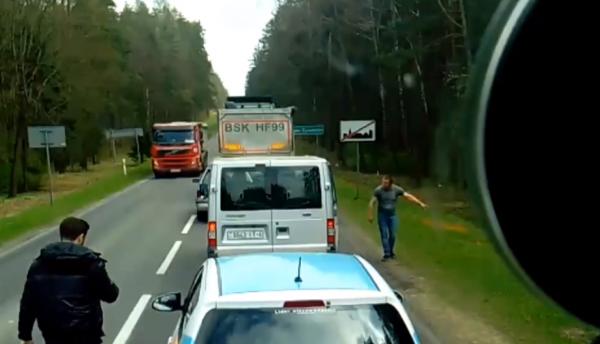 Wyrzucał śmieci na pobocze. Nie spodziewał się, że kierowca ciężarówki udzieli mu takiej reprymendy