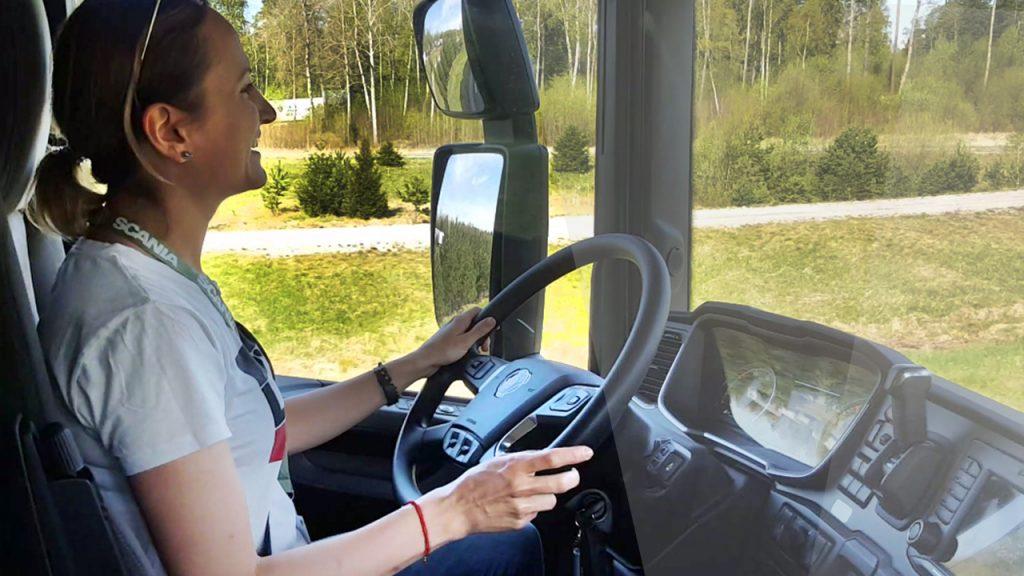 Narodziny truckerki. Ewelina z Trans.iNFO zamienia studio na szoferkę nowej Scanii