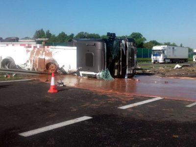 Płynna czekolada zalała autostradę A2. Ruch zablokowany w obu kierunkach