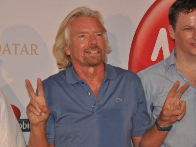 Milijardierius Richardas Bransonas steigia naują bendrovę ir investuoja į greitą krovinių gabenimą