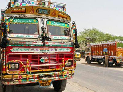 Artă sau kitsch? Iată cum arată interiorul unui camion indian