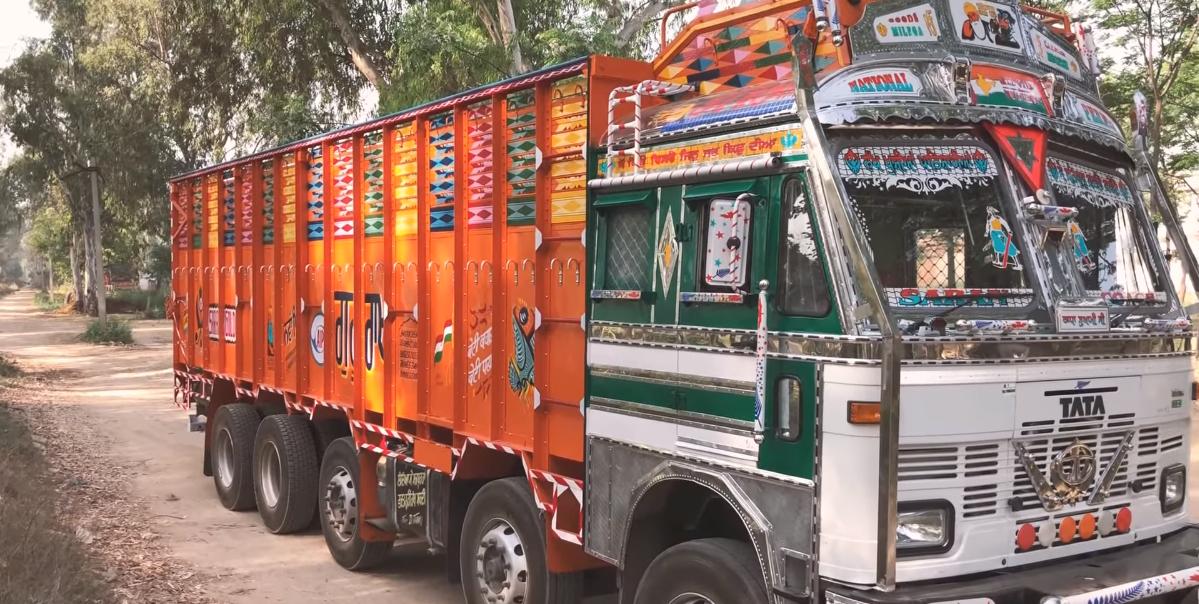 Jeżdżące dzieło sztuki prosto z Indii. Zobacz wnętrze azjatyckiej ciężarówki