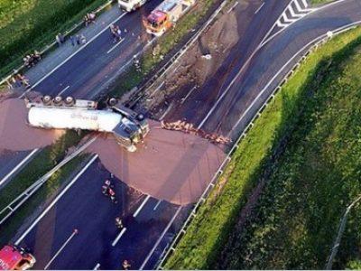 Polonia: Trafic blocat pe A2 din cauza unui accident de camion. Drumul este acoperit de ciocolată lichidă (video)