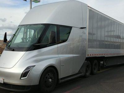 Elektra varomiems sunkvežimiams tunelio gale šviesos dar nematyti