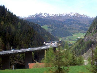 """Tyrol kontynuuje swoją """"walkę z tranzytem"""". Wbrew Brukseli nie łagodzi też sektorowego zakazu ruchu"""