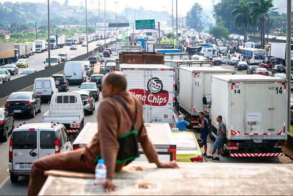 Brazilian truck drivers paralyze the whole country. The authorities give in and meet their demands