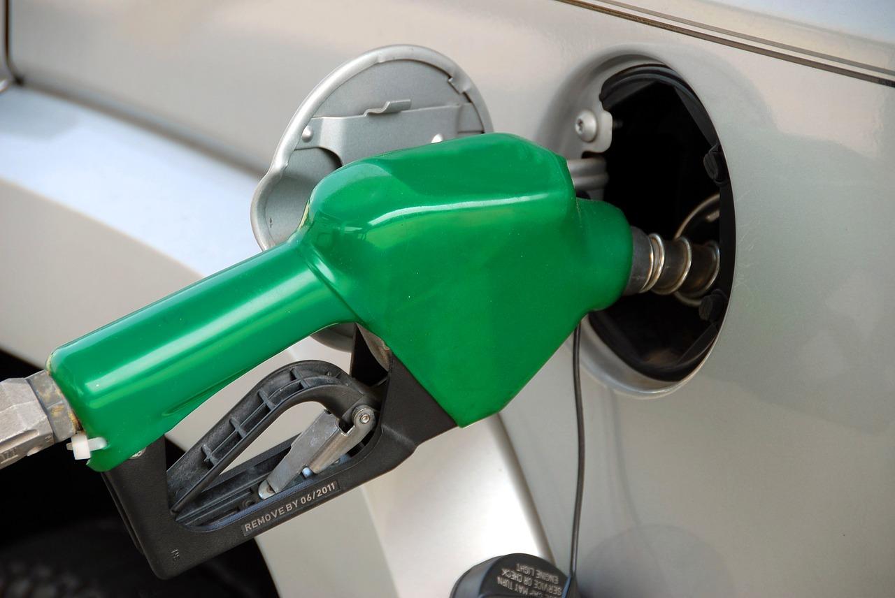 Bitwa o opłatę emisyjną. Kilku posłów chce powstrzymać projekt, który może wywołać podwyżki cen paliwa