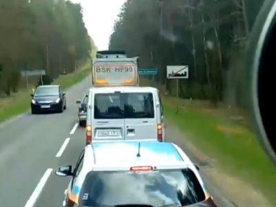 Un șofer și-a aruncat resturile pe marginea drumului. Reacția șoferului de camion din spatele său l-a luat total prin surprindere.