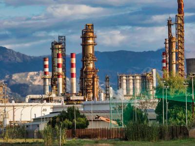 Francuscy rolnicy blokują rafinerie. Na stacjach może brakować paliwa
