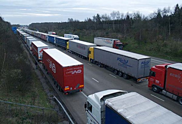 What should the carrier and forwarder do if there are delays in transport due to Brexit?