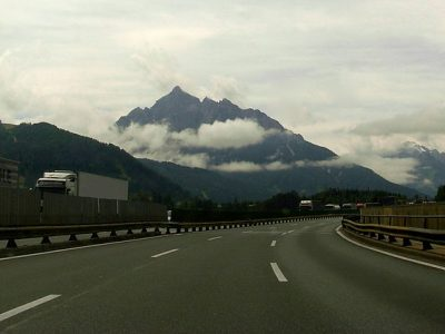 Tirol ideiglenesen meghosszabítja a hétvégi kamionstopot – már szombat reggel 7-kor kezdődik a tilalom!