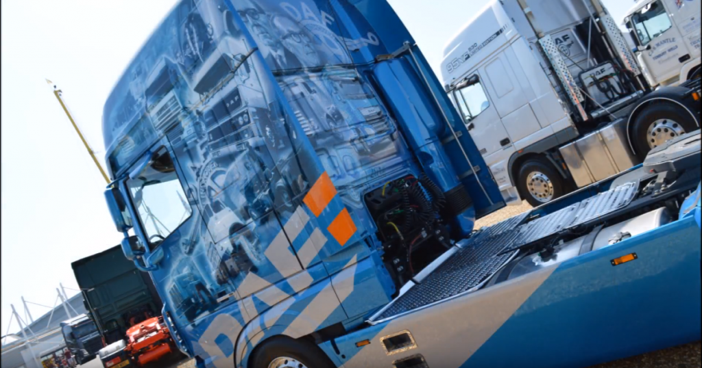 Jubileuszowy DAF na 90 lat marki, czyli historia holenderskiego producenta wymalowana na ciężarówce