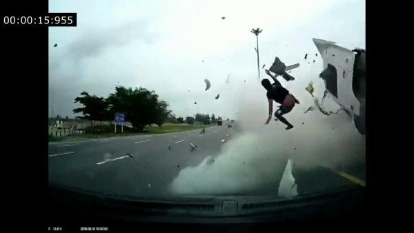 Пристегните ремни в грузовике – водитель выпал через боковое окно