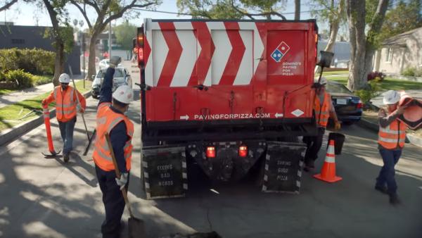 Nietypowa akcja Domino's Pizza: załatali ponad 200 dziur drogowych, aby szybciej dowozić pizzę!